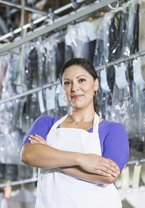 femme devant une blanchisserie