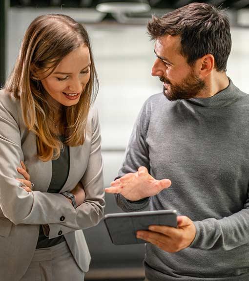 homme et femme devant tablette